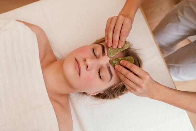 Sluit omhoog vrouw alternatieve therapie