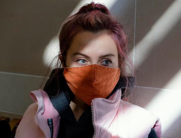 Sluit omhoog vrouw die gezichtsmasker draagt
