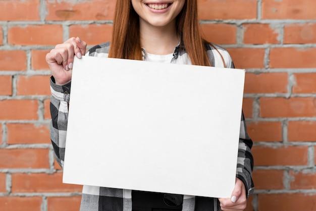Sluit omhoog vrouw die leeg document toont