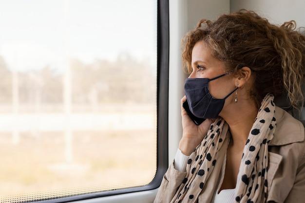 Sluit omhoog vrouw die met masker reist
