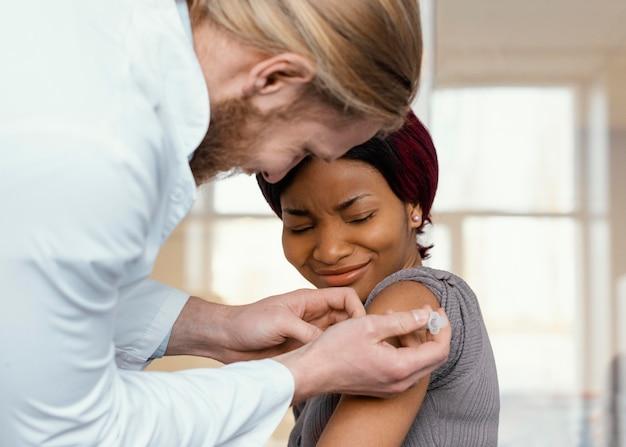 Sluit omhoog vrouw die wordt ingeënt