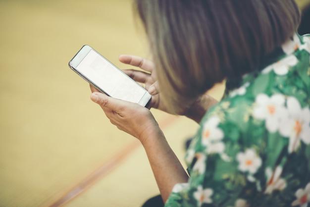 Sluit omhoog vrouw gebruikend slimme telefoon