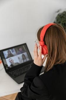 Sluit omhoog vrouw in videocall