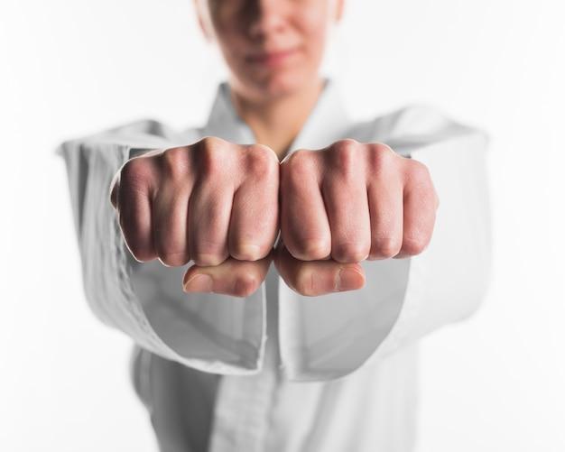 Sluit omhoog vuisten van karatevechter