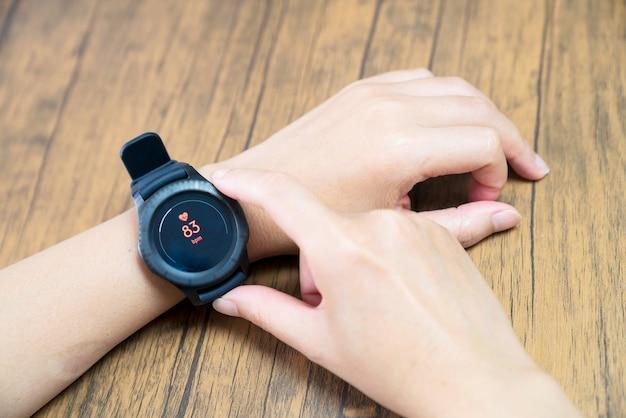 Sluit omhoog wit slim horloge met gezondheidsapp pictogram op het scherm