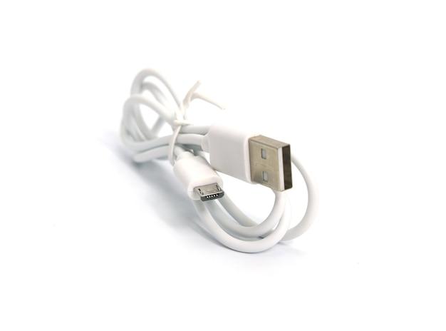 Sluit omhoog witte usb en micro-usb-kabelstop die op witte achtergrond wordt geïsoleerd