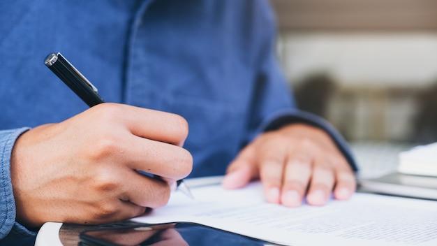 Sluit omhoog zakenman ondertekenend contract makend een overeenkomst.