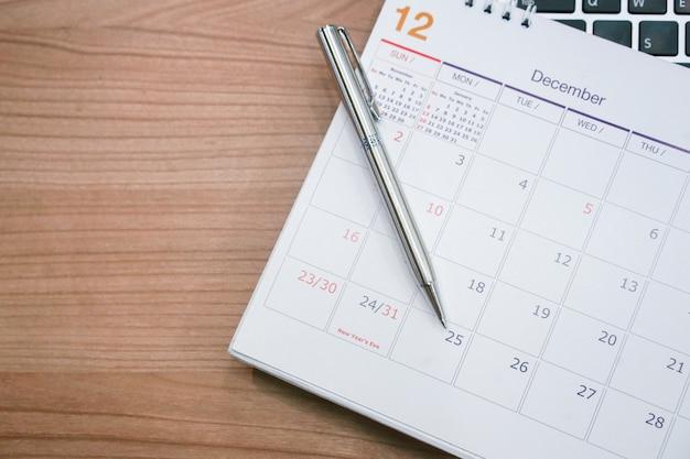 Sluit omhoog zilveren pen leg op kalender