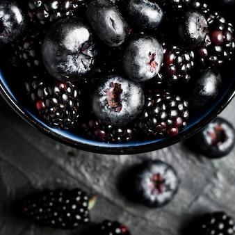 Sluit omhoog zwarte bosvruchten in pot