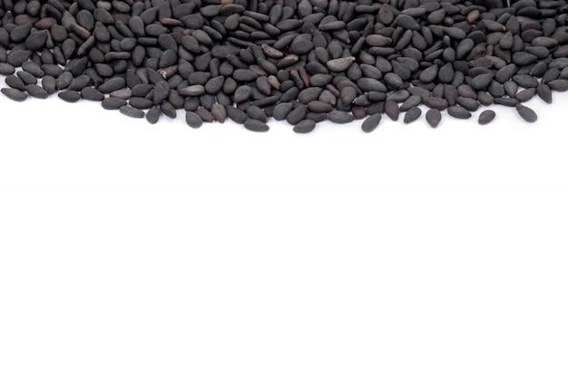 Sluit omhoog zwarte organische sesam op witte achtergrond. gezondheid voedsel concept.
