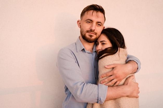 Sluit portret inloved paar die elkaar koesteren