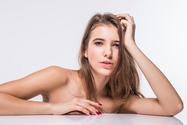 Sluit portret van schitterend donkerbruin modelmeisje zonder kleren met manierkapsel dat op witte achtergrond wordt geïsoleerd
