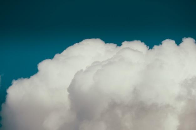 Sluit schot van een wolk in een blauwe hemel