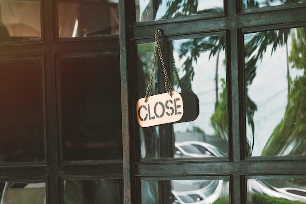 Sluit teken in een winkel deurconcept voor de winkel sluit