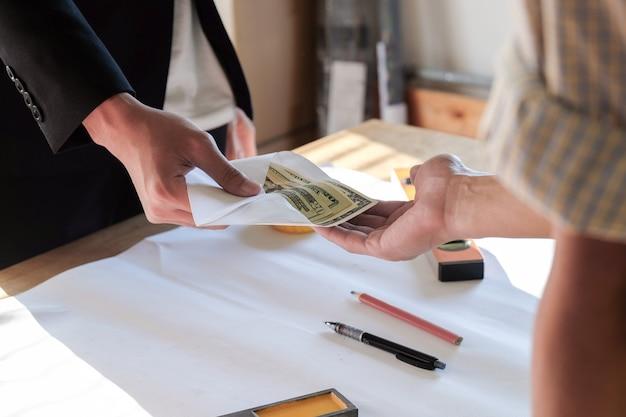 Sluit twee handen omhoog terwijl u geld of bonus betaalt aan werknemer en werknemer