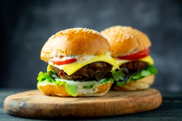 Sluit twee verse, smakelijke zelfgemaakte hamburgers met verse groenten