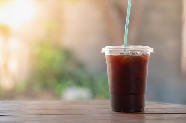 Sluit van plastiek weghaalt kop van bevroren zwarte koffieamericano