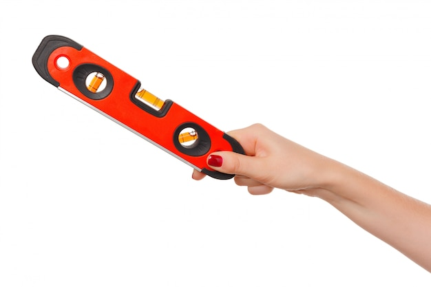 Sluit van vrouwelijke hand houdt omhoog bouwend bellenwaterpas. instrumenten
