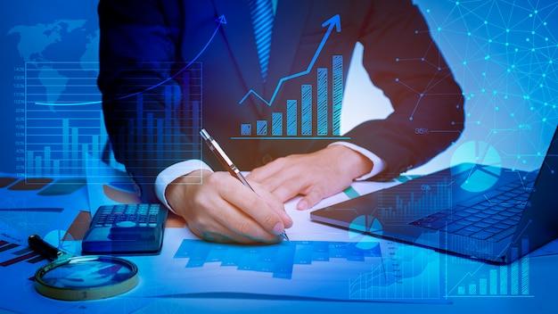 Sluit van zakenman analyseert omhoog gegevens in bureau
