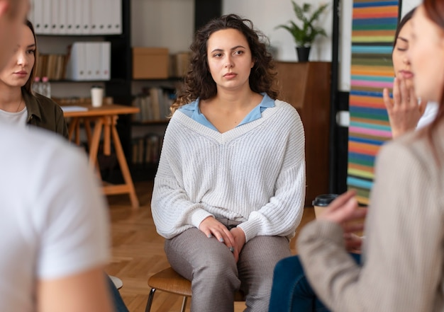 Sluit verdrietige mensen in therapie