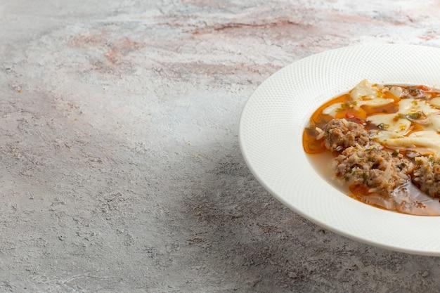 Sluit vooraanzicht soep met vlees heerlijke soep met pasta en vlees op witte ondergrond