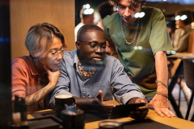 Sluit vrienden aan het chatten in de pub
