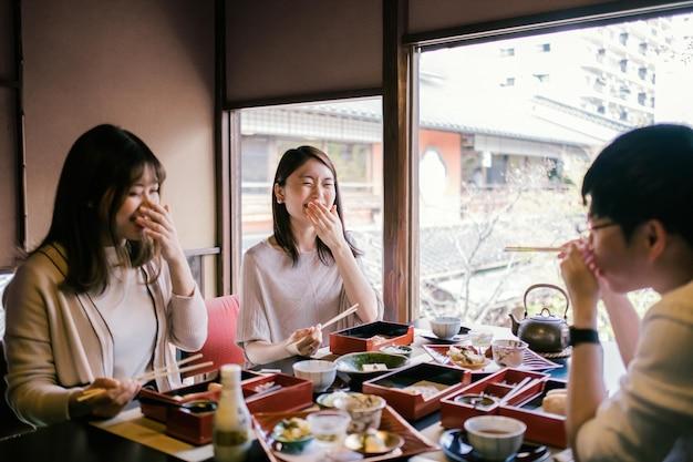Sluit vrienden af die genieten van een maaltijd