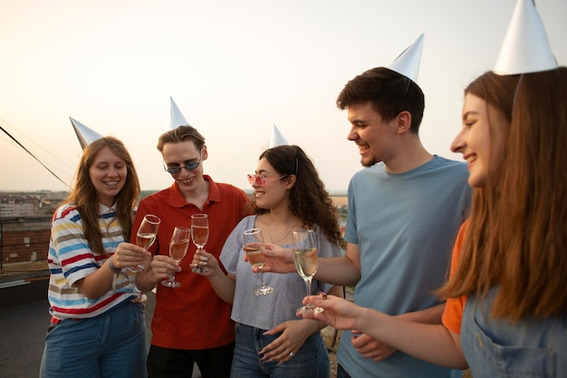 Sluit vrienden af met feestmutsen