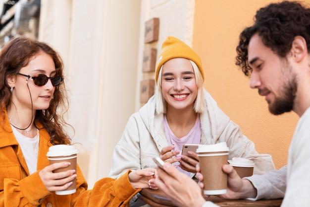 Sluit vrienden af met koffiekopjes