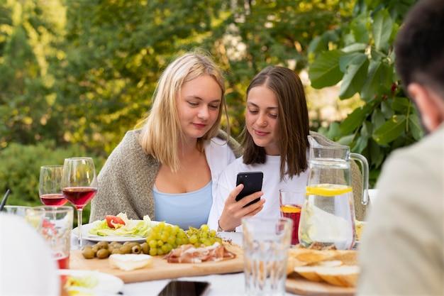 Sluit vrienden af met smartphone