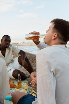Sluit vrienden af op het strand
