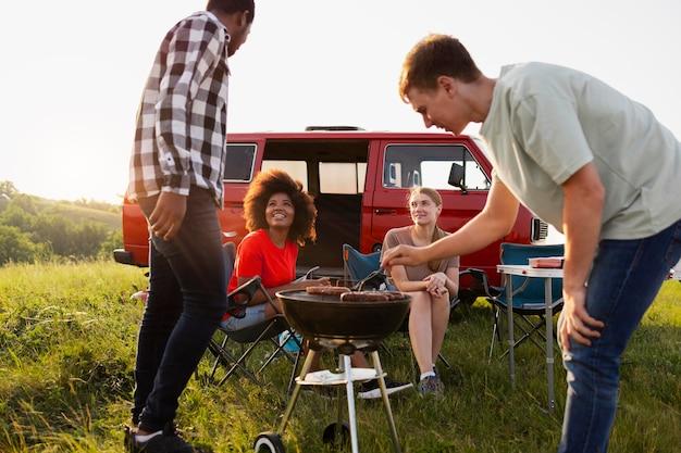 Sluit vrienden die barbecue maken