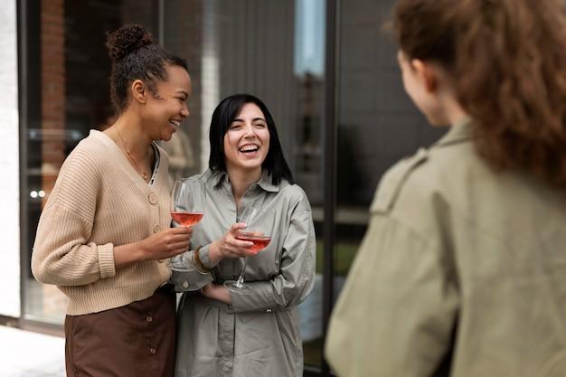 Sluit vrienden met wijnglazen Gratis Foto