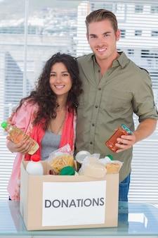Sluit vrijwilligers die voedsel van schenkingendoos nemen