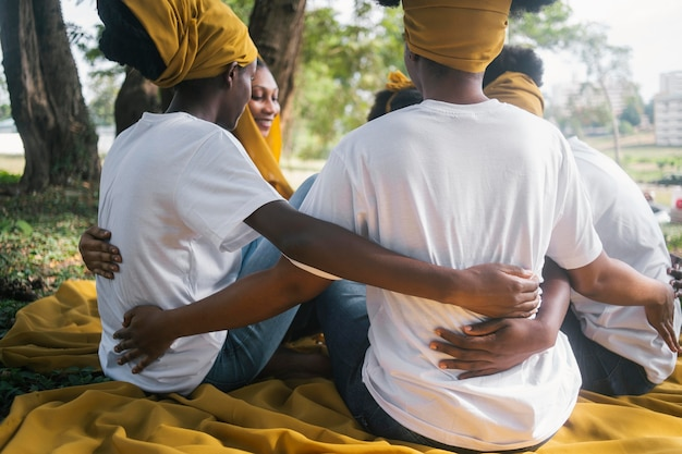 Sluit vrouwen omhoog die elkaar vasthouden