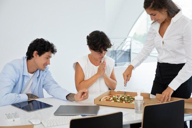 Sluit zakenmensen af met pizza