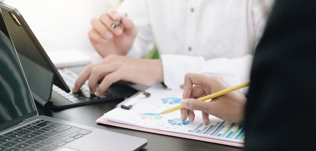 Sluit zakenvrouw af met behulp van een grafiek op kantoor