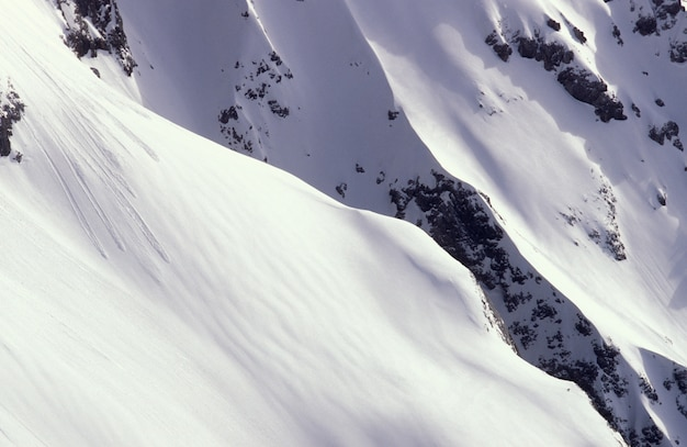 Sluiten schot van een besneeuwde berg in ramsau, oostenrijk overdag