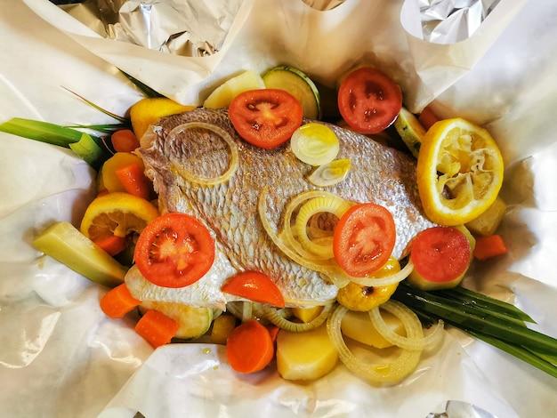 Sluiten van braziliaans typisch gerecht gemaakt van vis en groenten