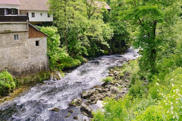 Slunj in kroatië korana rivier ideale plek om te raften