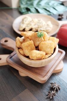 Smaakvolle kipnugget op de mini houten kom