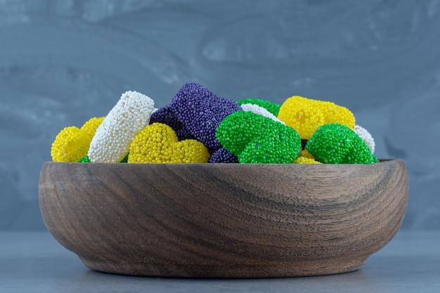 Smaakvolle koekjes in de kom, op de marmeren tafel.