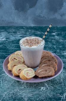 Smaakvolle milkshake en cake op het bord, op de achtergrond. hoge kwaliteit foto