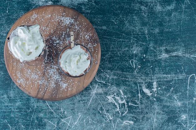 Smaakvolle milkshake op het bord, op de achtergrond. hoge kwaliteit foto