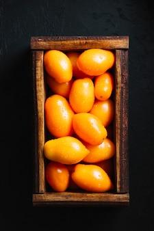 Smaakvolle oranje tomaten in een mand bovenaanzicht