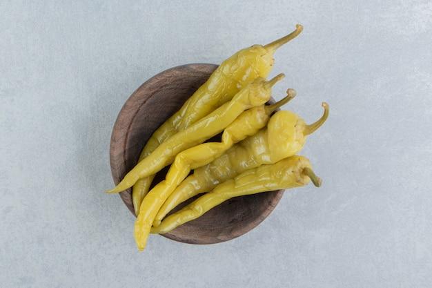 Smaakvolle peper en plak op een bord op het marmeren oppervlak