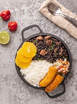 Smakelijk braziliaans gerecht met oranje plat leggen