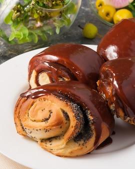 Smakelijk broodje met maanzaad en chocoladesuikerglazuur