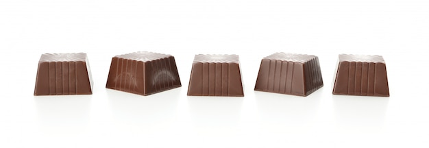 Smakelijk chocoladesuikergoed dat op wit wordt geïsoleerd