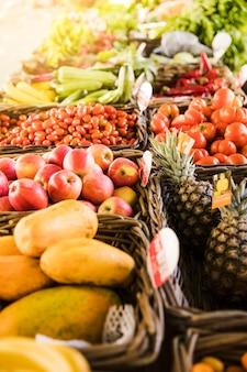 Smakelijk fruit en verse biologische groente regelen in rij bij marktopslag